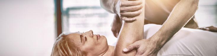 Frau bei physiotherapeutischer Behandlung © stock.adobe.com, vectorfusionart